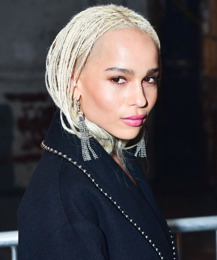 Afro American Braids Haristyles Ideas The braids in all their seams are the hair hairstyle par excellence! These ancestral hair queens are worn in many ways on afro hair and do not cease t. Blonde Braids, Blonde Hair, Zoe Kravitz Braids, Zoe Kravitz Style, Zoe Isabella Kravitz, Natural Hair Styles, Short Hair Styles, Hair Evolution, Queen Hair