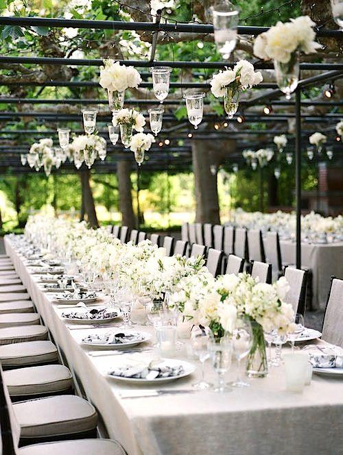 smeedijzeren overkapping boven de feesttafels - via eikenstamtafel.be: verhuur exclusieve meterslange landelijke tafels, banken en stoelen.