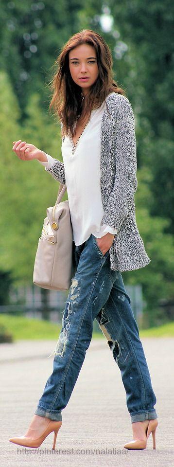 Amo esse estilo de calça distroyed, t-shirt e cardigan mais compridinho de tricô. Com scarpin então... minha cara!