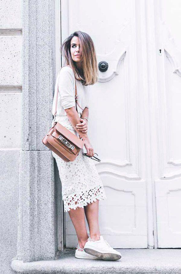 Street style look com blusa e saia midi rendada branca.