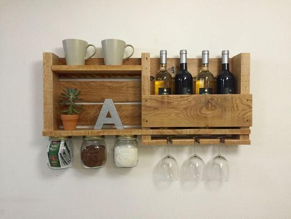 Cette étagère de rangement/café beau rack vin et épices est un morceau parfait pour ajouter à votre décor de cuisine. Il est très utile car il a suspendu les bocaux avec une étiquette tableau garder organisé. Vous pouvez ajouter des épices, de thé ou de café. Il a lieu de mettre des bouteilles de vin, les tasses et les verres à vin.  Il donnera toujours un sentiment confortable et accueillant dans n'importe quelle cuisine, plus il sera toujours utile pendant que vous cuisinez.  Nous vous...