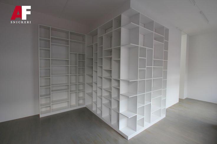 retrokök funkiskök platsbyggd kök bokhyllor trappan furutrappa ektrappa bord cnc-fräs trappräcke köksluckor ytterdörrar inredning mdf ek furu dörrar