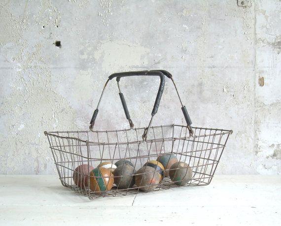 Vintage Rustic Wire Market Basket van TheArtifactoryStudio op Etsy