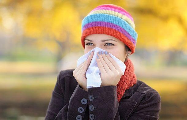 Как остановить кровь из носа 1. Человека, у которого идет кровь носом, нужно уложить его так, чтобы верхняя часть туловища была приподнята.  2. Если кровотечение несильное, можно просто промокнуть нос чистым платком и спокойно подышать – это должно остановить кровь.  3. Хорошо помогают ватные тампоны, смоченные перекисью водорода. Профессиональные боксеры вместо перекиси используют адреналин, это позволяет остановить кровь в считанные секунды.  4. Приложите к переносице что-нибудь холодное…