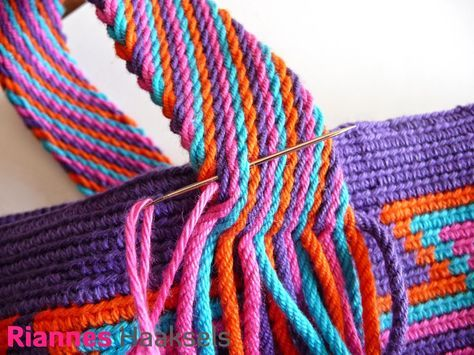 Voor mijn Wayuu mochilas maak ik altijd een band met de techniek Ply split braiding , ik krijg met regelmaat de vraag hoe ik mijn schouder...