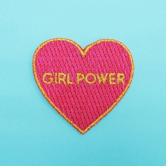 Ecusson Girl Power.  Réalisés en édition limitée en tissu, fils brodés et adhésif thermocollant. Chaque écusson mesure 4,5 x 4,5 cm.  Pour