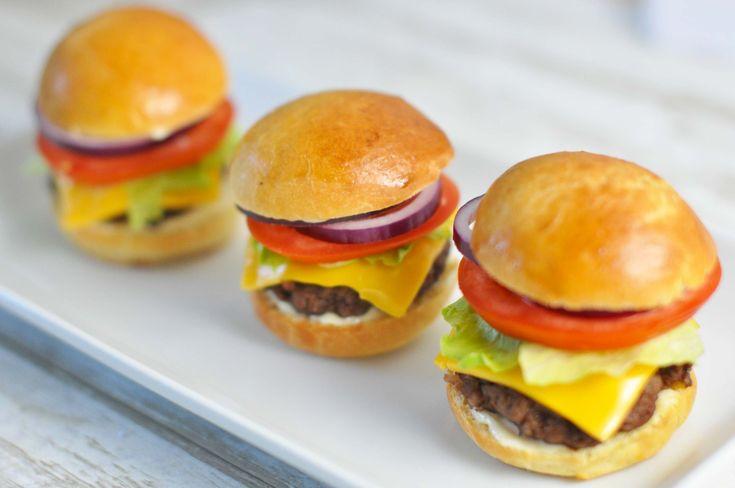 Helt klassiske og mega lækre amerikanske sliders - eller på dansk: Miniburgere! Du kan købe brødene færdige eller prøve vores mega lækre opskrift.