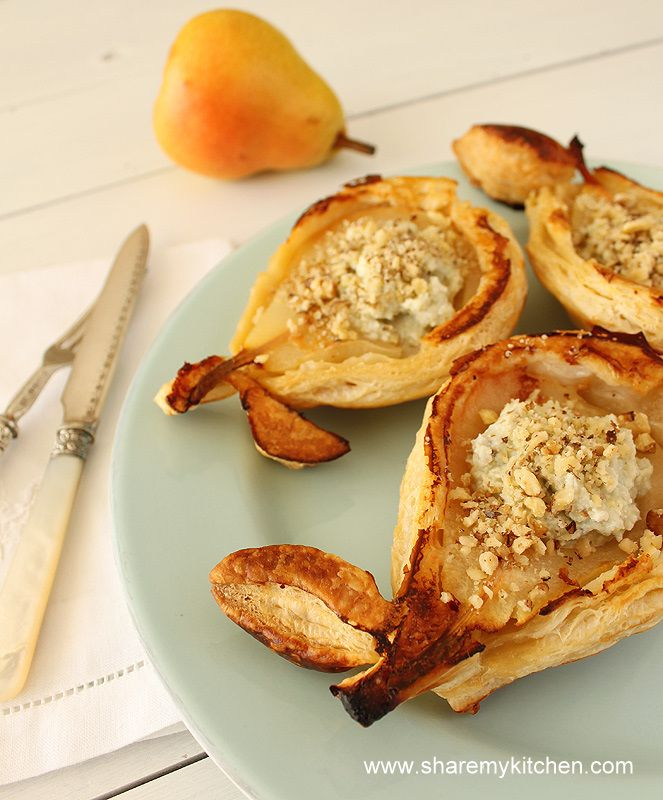 Mini pies with pears and blue cheese