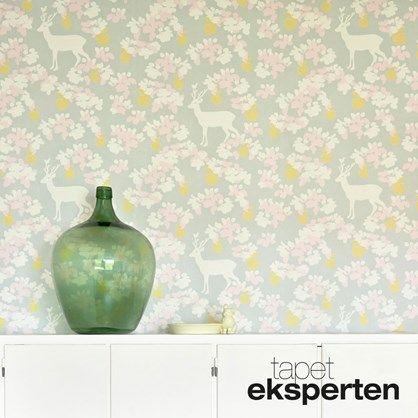 Appel Garden soft grey  - Sjovt tapet med blomster og rådyr.
