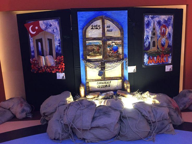 """İlköğretim Kurumlarının tamamında sahnelenen, Anzak ve Türk askerlerinin mücadelesinin konu alındığı """"Cepheden Mektup Var!"""" adlı gösteri, öğrencilerin performansı kadar sahne dekorları ile de Çanakkale ruhunu tüm izleyenlere yansıttı. 2016"""