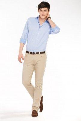 SPODNIE LATE  Sportowe spodnie w jasnopiaskowym kolorze o kroju Slim Fit, doskonale prezentujące się na sylwetce. Wykonane z bawełny z dodatkiem elastanu, co zabezpiecza je przed odkształcaniem. Wnętrze paska i worki kieszeniowe wykonane są z kolorowej, drukowanej bawełny. Bardzo wygodne i komfortowe w użytkowaniu. Przeznaczone dla mężczyzn interesujacych się modą, którzy pragną ubiorem podkreślić swoją indywidualność.