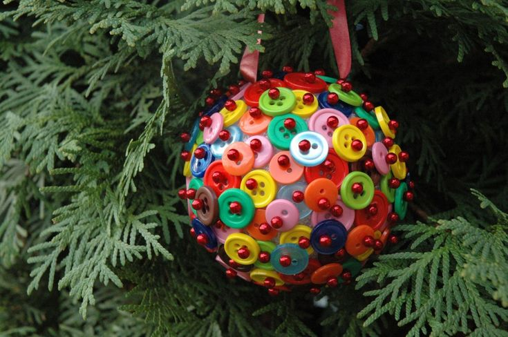 Are you looking for a fun and simple way to spruce up your Christmas tree?  Here is an easy tutorial on how to make this beautiful ornament out of buttons in under 10 minutes!