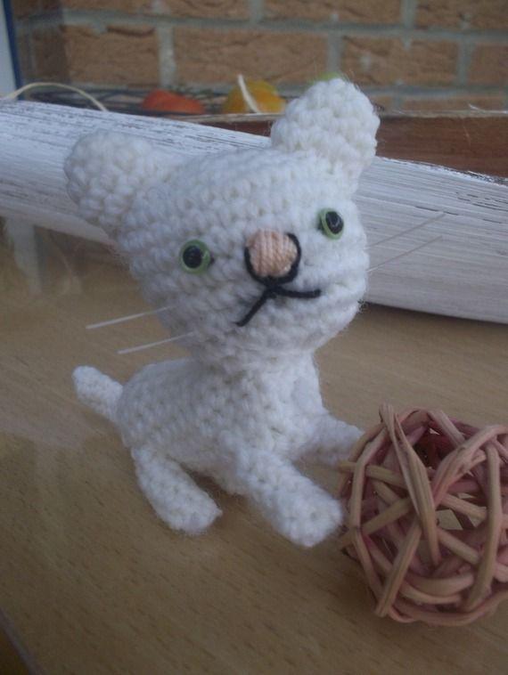 Ce petit chat vous fera miauler ;-) entièrement réalisé à la main il s'emporte partout !!! en porte clef ou tout simplement il peut faire l'objet de déco.