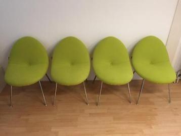 In zo goed als nieuw staat; 4 'lime' groene artifort conco stoelen van designer michiel van der kley. De vorm is geinspireerd op een vliegtuig vleugel. De stoelen hebben een hoog zit comfort.