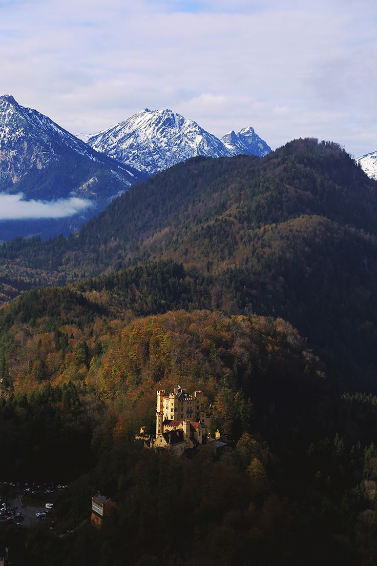 Zamek Hohenschwangau w jesiennej scenerii. Nowy wpis na blogu: http://www.born2travel.pl/zamek-neuschwanstein-niemcy/ #travel #bawaria #hohenschwangau #alpy #zamek #born2travel #MiniEurotrip2014