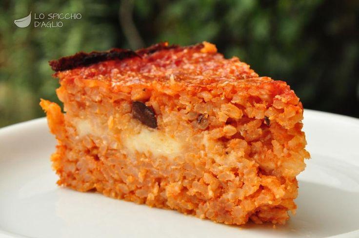 Il riso al forno alla Parmigiana è una torta salata a base di riso, pomodoro, mozzarella, parmigiano e olive nere. E' molto saporito, gustoso, e può essere preparato in anticipo perchè è ottimo tiepido, quando gli ingredienti si sono un po' compattati e si può tagliare come se fosse una torta.