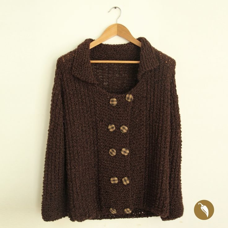 Chaquetón tejido a palillos con doble hilera de botones forrados en lanilla. Diseñado por Andeanhands para Tienda AJÍ, Diseño Imprescindible