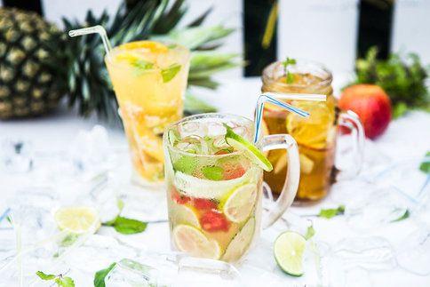 Letní osvěžující drinky. Domácí ananasovo-mangová limonáda, okurková limonáda s melounem a domácí ledový čaj s jablkem a zázvorem.