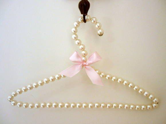 Cabide de pérolas , com laço de cetim cor de rosa .  medidas : 39cm de comprimento , 23cm de altura.   Feito com pérolas falsas de alta qualidade no tom perolado, com detalhe de fita cor de rosa e tulipa prateada na ponta para melhor acabamento . Ótimo para decoração de quarto , para dependurar um vestido de noiva, madrinhas, roupa de batizado, bolsas , ou acessórios.  Valor referente a 1 cabide . R$ 30,00
