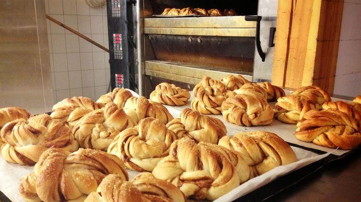 """Kanelsnurrer, kanelboller, kanelsnegler eller kanelknuter - denne favoritten har mange navn. Vi har """"stjålet"""" den hemmelige oppskriften fra bakeriet i Lom."""