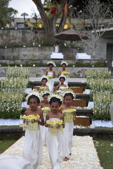 A beautiful procession of Indonesian flower girls...