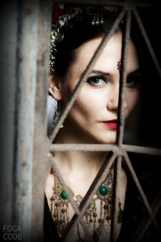 Oczy są oknami duszy... portret kobiety w kolorze. Eyes are the window to the soul... a portrait of a woman in color.