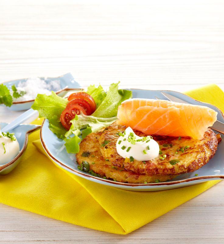 Kleine Reibekuchen mit Crème fraîche und Räucherlachs #hochland #käse #rezept #recipe #reibekuchen #räucherlachs #lachs #smokedsalmon #salmon  #cremefraiche #ofenaustrich #bruschetta