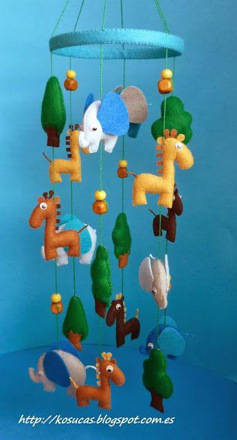 Móviles de elefantes y girafas y notas musicales.