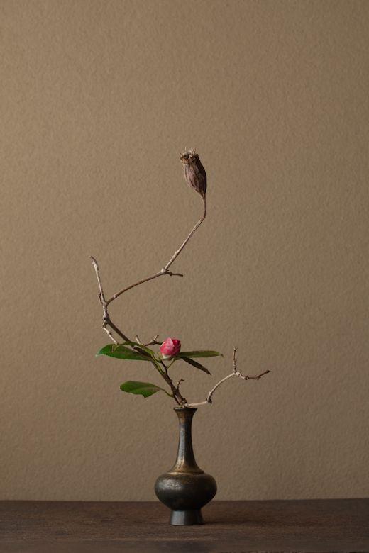 2012年3月5日(月)藪椿は別格です。園芸種の椿とは空気が違います。   花=藪椿(ヤブツバキ)、夏蝋梅(ナツロウバイ)   器=金銅華瓶(鎌倉時代)