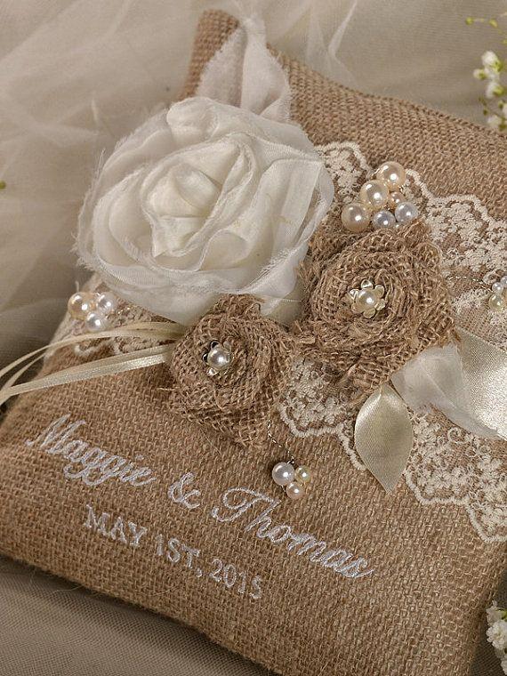 Pizzo rustico nozze cuscino tela Ring Bearer di forlovepolkadots