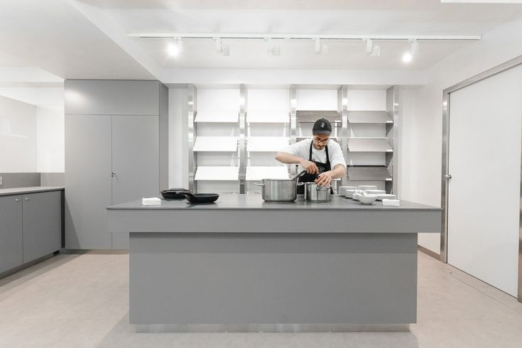 The SapienStone Truck, presenting the Iris Ceramica Group's new brand specialising in top quality porcelain kitchen countertops, is an unusual travelling showroom taking the excellence of Italian manufacture and design on a European tour.