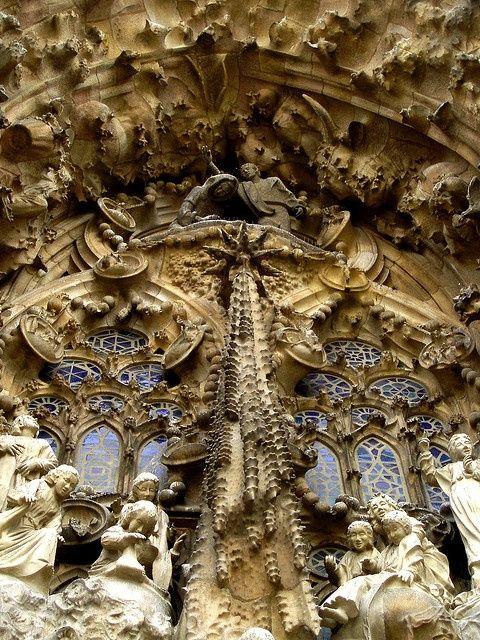 Magníficos Detalles de la Sagrada Familia en Barcelona, España
