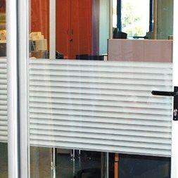 Statisk vindusfolie som er ut som persienner, fullstendig innynshindring. Kan tas ned og settes opp etter behov