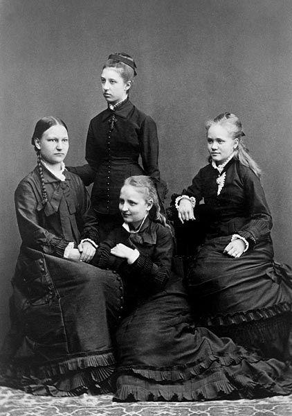 Ripille päässeitä tyttöjä, noin 1875. Seisomassa Constance von Ammondt (s.1858, nimitetty hovineidiksi v. 1876). Finland.