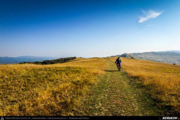 Traseu cu bicicleta MTB XC Mizil - Gura Vadului - Tohani - Jugureni - Varf - Pietroasele - Saranga - Ulmeni (Dealul Istrita), Judetul Buzau, Romania. Octombrie. Buzau. Pe Dealul Istrita. Drumuri de tara. Coama dealului. Peisaje. Locuri noi. Un traseu foarte frumos, cu MTB-urile pe dealuri inalte, propus de Bogdan (Romania pe 2 roti / romaniape2roti.blogspot.ro). Putin prin Prahova si mai mult prin Buza (...)