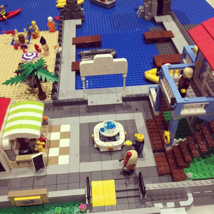 Kebab shop to your left beach house to your right and man in the middle throwing a penny into the water fountain #legobeach #lego #legocity #customlego #fountain #hotdogman #fountainofyouth #legokebabshop #imagination #geek #lovelego #city #fun #7daysoflego
