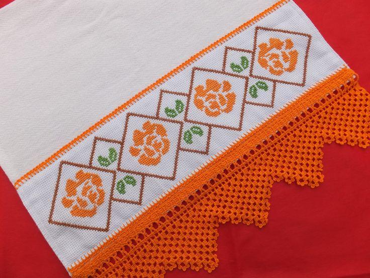 Pano de Copa bordado em ponto cruz com barrado e detalhes em crochê.