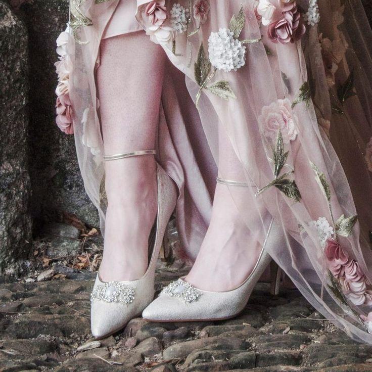 Bruidsschoen Ceri is een zeer luxe schoen van champagne kleurig lustre suède materiaal. De neus is bewerkt met een prachtige parel decoratie.