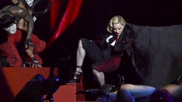 Мадонна свалилась с лестницы во время выступления