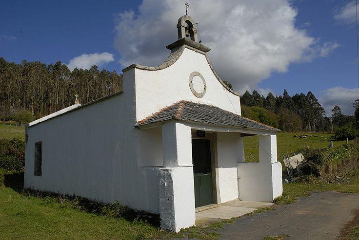 Capilla de San Fernando del Baleo Parroquia de Ladrido ( Ortigueira ) Una de las pocas  capillas que siguen en uso. La mayoria de estas pequeñas construciones dejan de existir cuando la población del lugar marcha a ciudades o pueblos más grandes