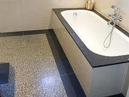 Terrazzo vloer in badkamer