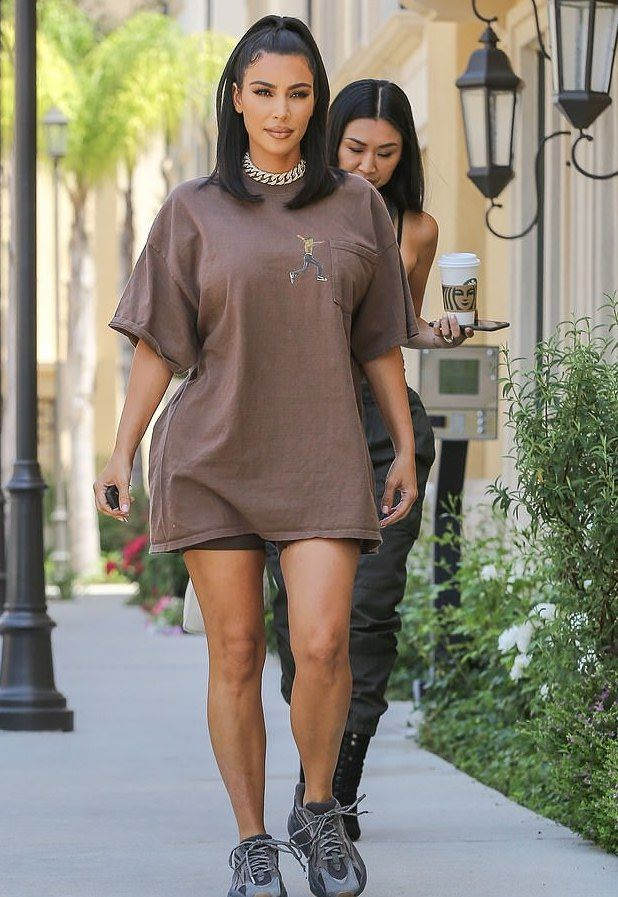 hot sale online 89c5e 40d80 Kim Kardashian steps out in an oversized grey t-shirt and ...