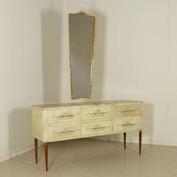 Comò anni 50 con specchio; legno rivestimento in pergamena (cartapecora) con decori incisi sui frontali dei cassetti, maniglie in ottone lavorato.