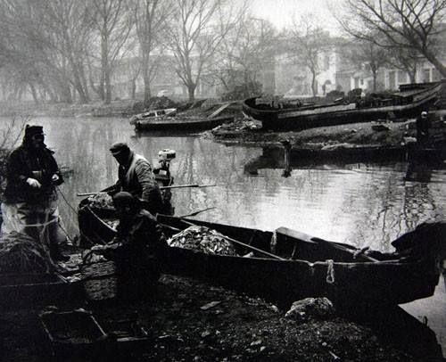 Ψαράδες στην λίμνη των Ιωαννίνων το 1960.φωτ.Κώστας Μπαλάφας