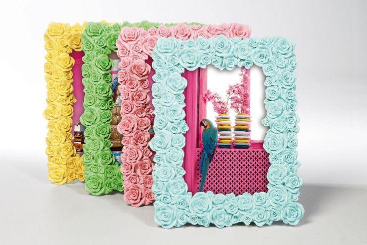 Κορνίζα Rose Pastel Assorted 10x15 Κορνίζα από Polyresin σε τέσσερα διαφορετικά χρώματα, διακοσμημένη με πολλα μικρά τριαντάφυλλα που σε συνδυασμό με τους όμορφους παστέλ χρωματισμούς, δημιουργούν μία ρομαντική νότα.