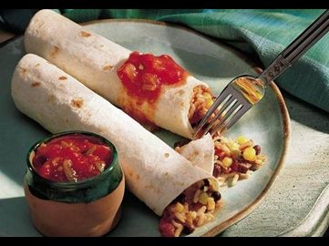 Vegetarische Enchiladas mit einer in der Pfanne schnell zubereiteten Füllung aus Reis, Bohnen, Mais, Paprika und Käse. Dazu wird Salsa gereicht.