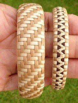 パターンを間違えた編みかけの帽子は、ブリムを一周編んだところですっかり編む気力が...