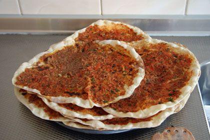 Hoe maak je een turkse pizza? Turkse pizza recepten  Turkse  pizza  recept - Voor het deeg :  1 kg patent bloem ca halve liter melk (warm...
