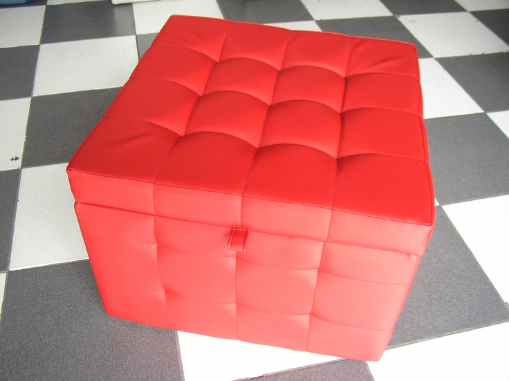BAUL KUB FULL CAPITONE  Medidas generales 50*50*35 cm, tapizado full capitonè en tela vinilica, forro interior, apertura con bisagra. Patas adicionales.