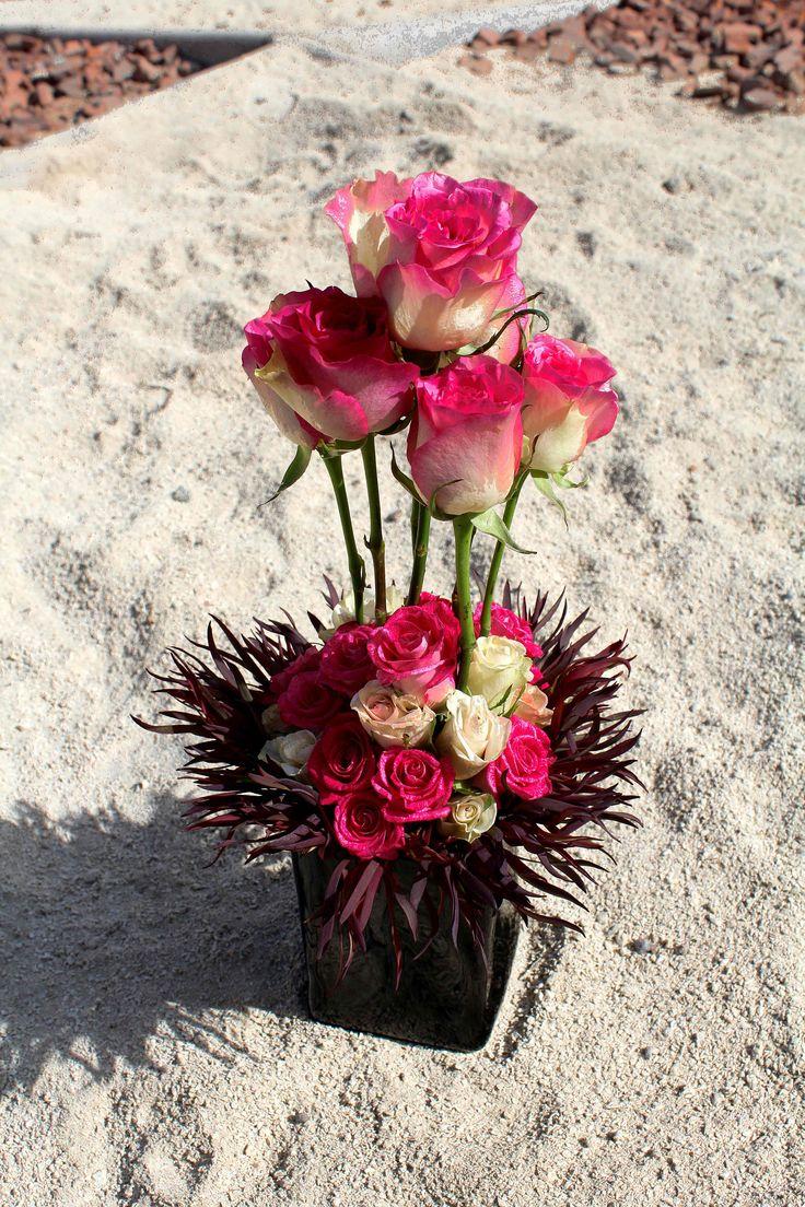 Arreglo floral de rosas y minirosas.